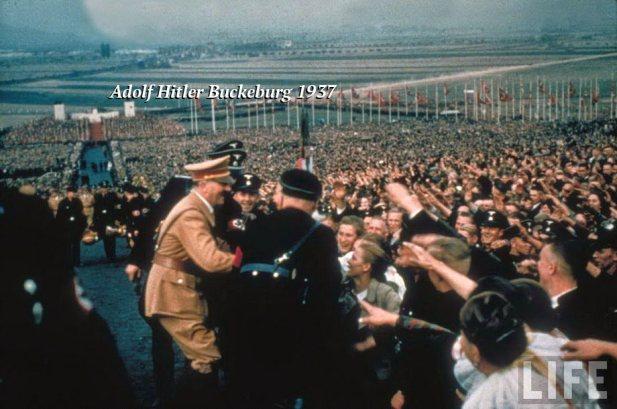 Adolf_Hitler_Buckeburg_1937